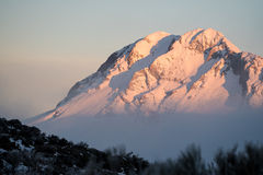 Salida del sol en una cumbre nevosa Imágenes de archivo libres de regalías