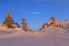 Salida del sol en una montaña del invierno imagen de archivo