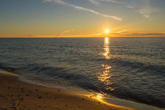 Salida del sol en una playa del mar fotografía de archivo libre de regalías