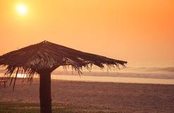 Salida del sol en una playa del océano imagenes de archivo