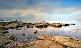 Salida del sol en una playa rocosa en el sur de Francia foto de archivo libre de regalías