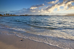 Salida del sol en una playa tropical en el Caribe Imágenes de archivo libres de regalías