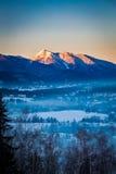 Salida del sol en Zakopane con la montaña iluminada por el sol en invierno, montañas de Tatra Fotografía de archivo libre de regalías