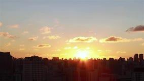 Salida del sol entre los edificios Vista aérea cinemática de rascacielos y de brights de la sol de la salida del sol de la mañana