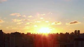 Salida del sol entre los edificios Vista aérea cinemática de rascacielos y de brights de la sol de la salida del sol de la mañana almacen de video