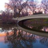 Salida del sol escénica del invierno en el Central Park de Nueva York cerca del puente del arco Imagen de archivo libre de regalías
