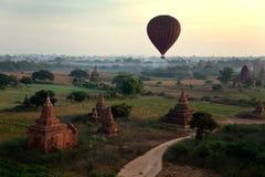 Salida del sol escénica sobre Bagan en Myanmar Foto de archivo