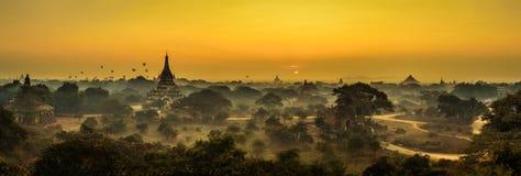 Salida del sol escénica sobre Bagan en Myanmar imagenes de archivo