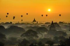 Salida del sol escénica sobre Bagan en Myanmar imágenes de archivo libres de regalías