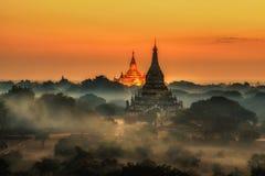 Salida del sol escénica sobre Bagan en Myanmar fotografía de archivo
