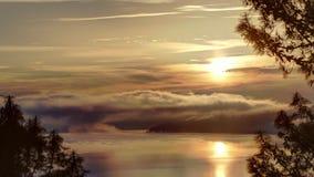 Salida del sol escénica sobre el lago almacen de video
