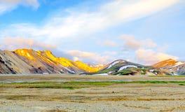 Salida del sol escénica sobre paisaje islandés de la montaña Landmannalaugar Reserva de naturaleza de Fjallabak Imagen de archivo libre de regalías