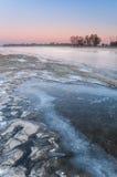 Salida del sol escarchada sobre el río salvaje fotografía de archivo