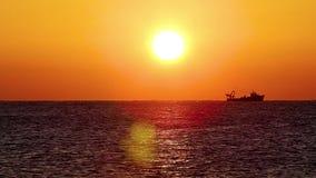Salida del sol española sobre el océano con el barco del pescador almacen de metraje de vídeo