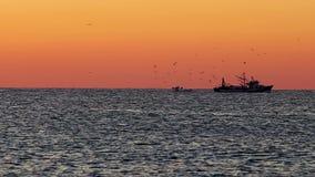 Salida del sol española sobre el océano con el barco del pescador metrajes