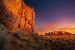 Salida del sol espectacular en valle del monumento Fotografía de archivo