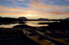 Salida del sol espectacular vista de la isla de la primavera con los kajaks en el primero plano imagenes de archivo