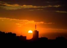 Salida del sol .evening de la ciudad foto de archivo