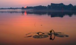 Salida del sol fabulosa en el río Imagen de archivo libre de regalías