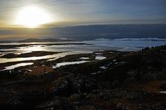 Salida del sol fabulosa del invierno en la Islandia Salida del sol contra la perspectiva de montañoso fotos de archivo libres de regalías