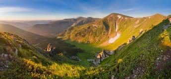 Salida del sol fantástica en las montañas Montañas cárpatas, Ucrania, Europa Imagen de archivo