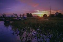 Salida del sol hermosa cerca del lago Timah Tasoh temprano por la mañana fotos de archivo