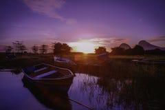 Salida del sol hermosa cerca del lago Timah Tasoh temprano por la mañana fotografía de archivo