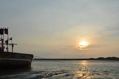Salida del sol hermosa con el barco en la playa Fotografía de archivo libre de regalías