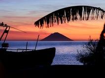 Salida del sol hermosa con el volcán de Stromboli visto de la isla de la salina en las islas eólicas, Sicilia, Italia foto de archivo libre de regalías