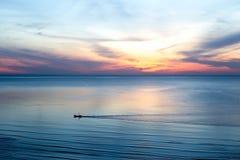 Salida del sol hermosa con los barcos de pesca tailandeses en el mar Fotografía de archivo