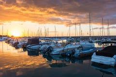 Salida del sol hermosa con nubes que amenazan y un sol rojo Imagen de archivo libre de regalías
