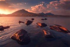 Salida del sol hermosa con reflexiones agradables Imagen de archivo libre de regalías