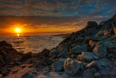 Salida del sol hermosa de California sobre una playa rocosa Foto de archivo