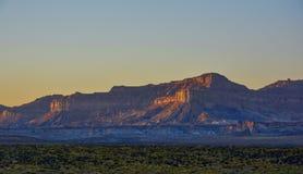 Salida del sol hermosa de la puesta del sol en montañas de la arena de Arizona imagen de archivo