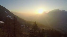 Salida del sol hermosa detrás de siluetas de la montaña, símbolo de la esperanza, sueños, nuevo comienzo metrajes
