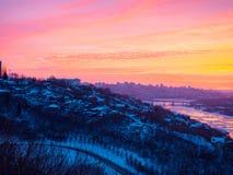 Salida del sol hermosa dramática sobre el panorama de la ciudad de Ufa en el invierno Imagenes de archivo