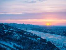 Salida del sol hermosa dramática sobre el panorama de la ciudad de Ufa en el invierno Imagen de archivo libre de regalías