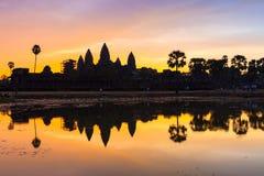 Salida del sol hermosa en Angkor Wat imagenes de archivo