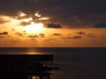 Salida del sol hermosa en Chipre con el mar Imagen de archivo libre de regalías