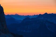Salida del sol hermosa en dolomías, Italia - despertar nuevo día fotografía de archivo libre de regalías