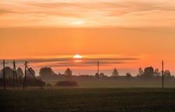 Salida del sol hermosa en el campo en pueblo Imágenes de archivo libres de regalías
