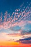Salida del sol hermosa en el cielo nublado Imagen de archivo libre de regalías