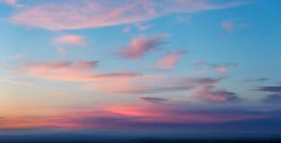 Salida del sol hermosa en el cielo nublado Foto de archivo libre de regalías