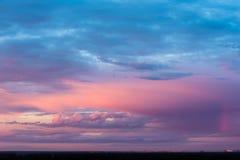 Salida del sol hermosa en el cielo nublado Fotos de archivo libres de regalías