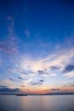 Salida del sol hermosa en el horizonte de mar Imagen de archivo