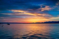 Salida del sol hermosa en el lago Lemán Suiza Foto de archivo