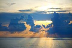 Salida del sol hermosa en el mar Foto de archivo