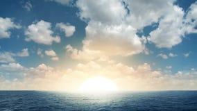 Salida del sol hermosa en el mar metrajes
