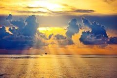 Salida del sol hermosa en el mar o el océano Imagen de archivo