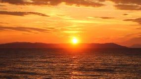 Salida del sol hermosa en el mar o la puesta del sol Fotografía de archivo libre de regalías